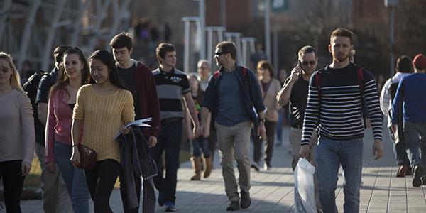 Students walking to classes on the Lois B. DeFleur Walkway.